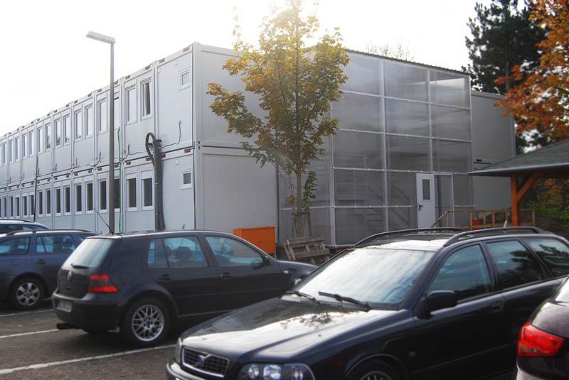 Kompleks biurowy zbudowany z kontenerów